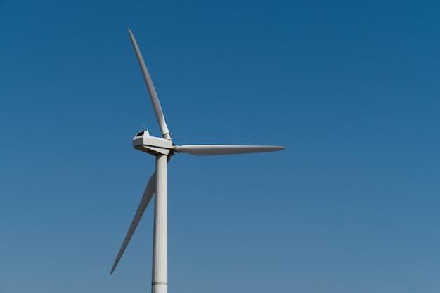 Windmühlenstromgenerator gegen himmel. nahansicht