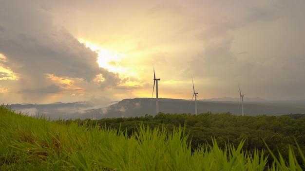 Windmühlenturbinengenerator im sonnenuntergang