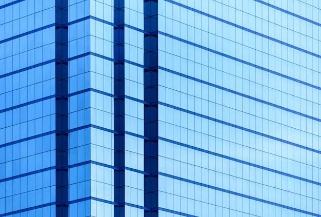 Windows des geschäftsgebäudes mit vielem spiegel mit reflexion.