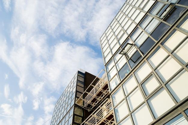 Windows des unternehmensgebäudes des wolkenkratzer-geschäftslokals in london-stadt england großbritannien