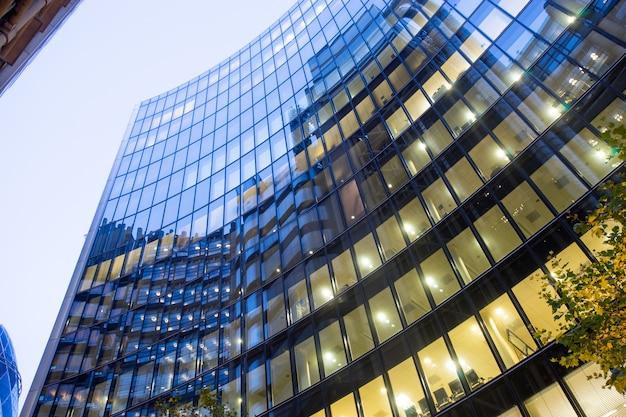 Windows des wolkenkratzer-geschäftslokals, unternehmensgebäude in london city, england, großbritannien