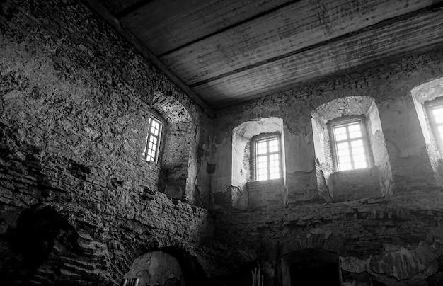 Windows in der alten zerstörten festung. steinmauern