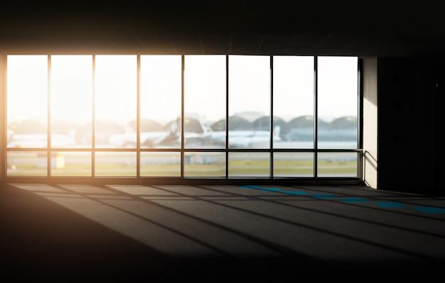 Windows mit sonnenuntergang am flughafen.