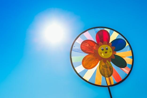 Windrad der kinder an einem sonnigen tag