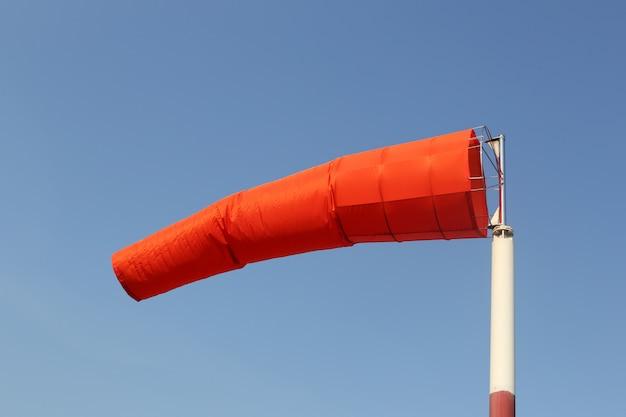 Windsocke der ausrüstung überprüfen sie die windrichtung in der tageszeit.
