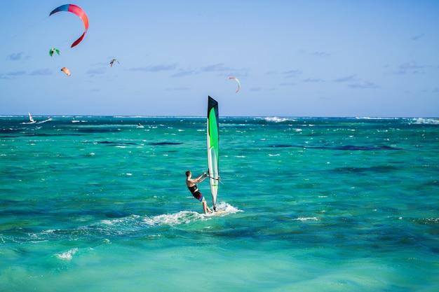 Windsurfer am strand von le morne auf mauritius