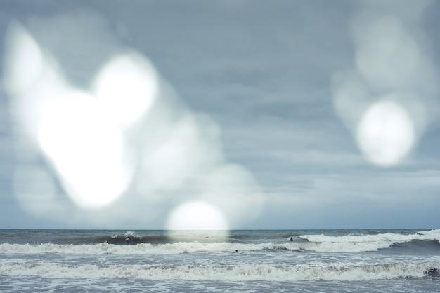 Windsurfer, die versuchen, kleine wellen während eines sturms zu reiten.