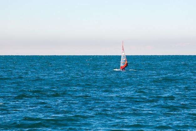 Windsurfer im meer von triest