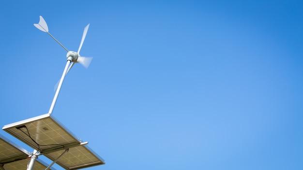 Windturbine über blauem himmel
