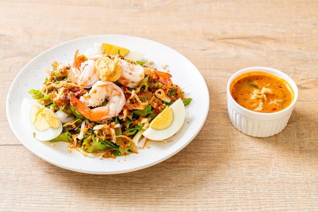 Wing bean oder betelnüsse würziger salat mit garnelen und garnelen