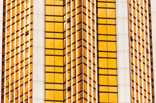 Winkel burgunderbraune glasfassaden eines fensters von finanziellen wolkenkratzern eine ecke einer gebäude-nahaufnahme