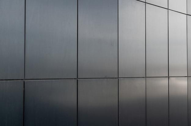 Winkelansicht der glänzenden graphitfliese an der wand mit winkel und glänzenden blicks