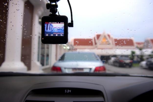 Winkelansicht im auto. sehen sie, wie die dashcam-kamera am auto arbeitet