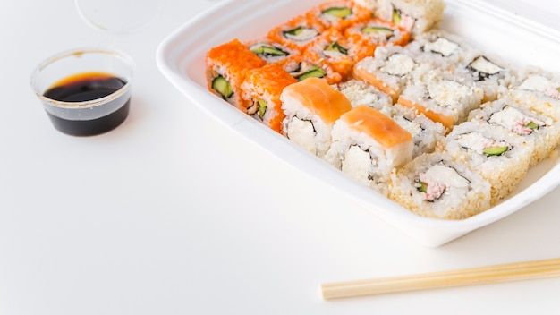 Winkelsicht von sushi in der stoßschüssel mit kopieraum