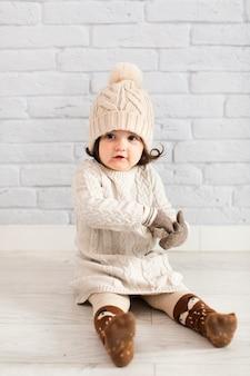 Winter angezogenes nettes kleines mädchen
