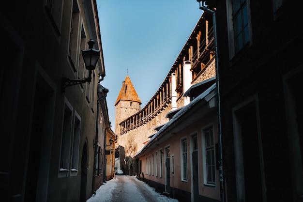 Winter blick auf die altstadt von tallinn.schneebedeckte stadt nahe der ostsee. estland