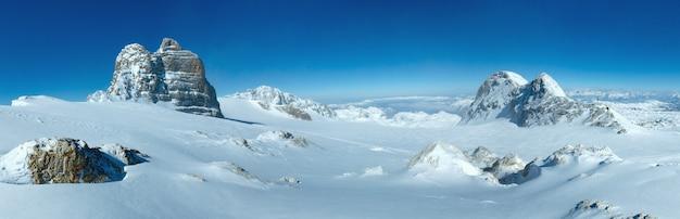 Winter dunstige aussicht vom dachstein-gebirgsmassiv (österreich).