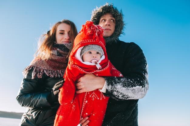 Winter-familienschlittenbaby