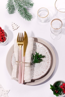 Winter festliche tischdekoration mit besteck auf tisch. draufsicht. weihnachtsgeschirr.