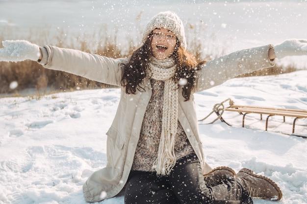 Winter-frau, die spaß draußen hat