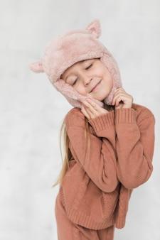 Winter gekleidete art und weiseaufstellung des kleinen mädchens