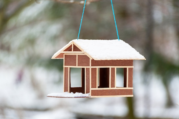 Winter holz vogelhäuschen nahaufnahme mit schnee bedeckt