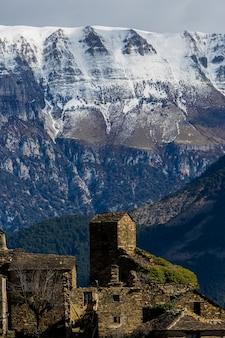 Winter in der altstadt von muro de bellos, aragon pyrenäen, spanien