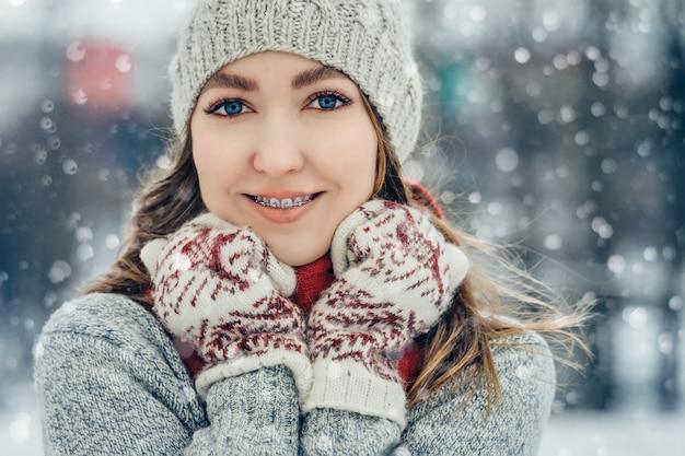Winter junge frau porträt schönheit model mädchen lachen und spaß im winterpark haben