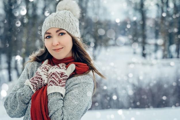 Winter junge frau porträtschönheit fröhliches mädchen lachen und spaß im winterpark haben