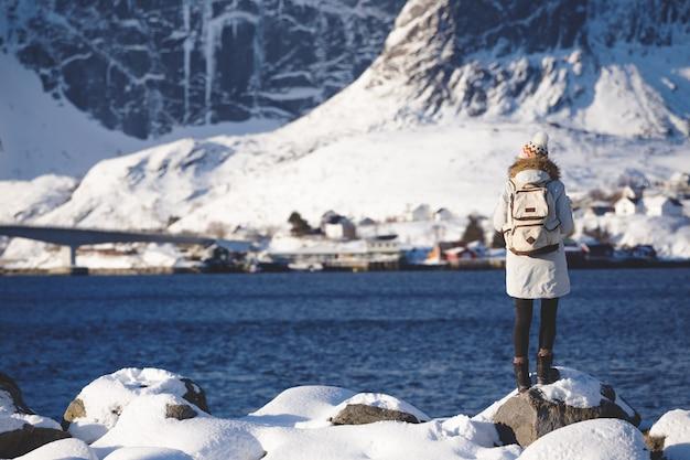 Winter. mädchen geht am ufer des fjords entlang. lofoten-inseln. norwegen