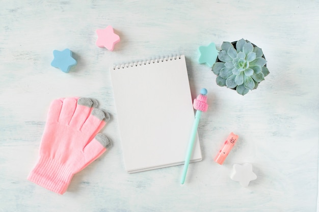 Winter-modell mit warmer rosa strickkleidung, decke, saftig im topf