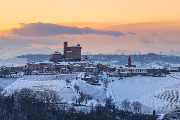 Winter-schneeblick-weinberge-landschaft bei sonnenuntergang