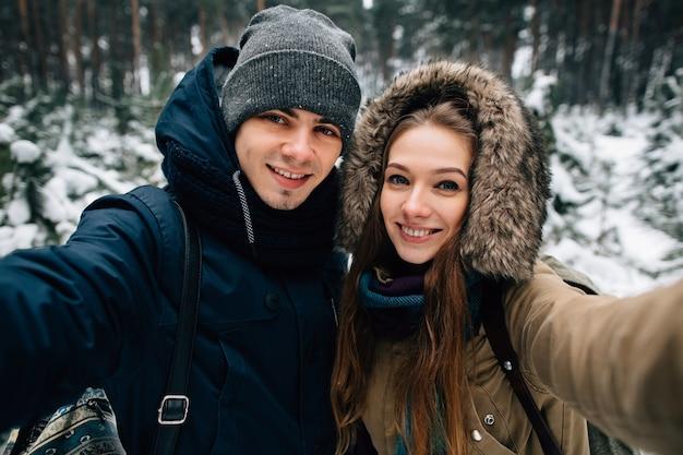 Winter selfie des jungen paares in der liebe