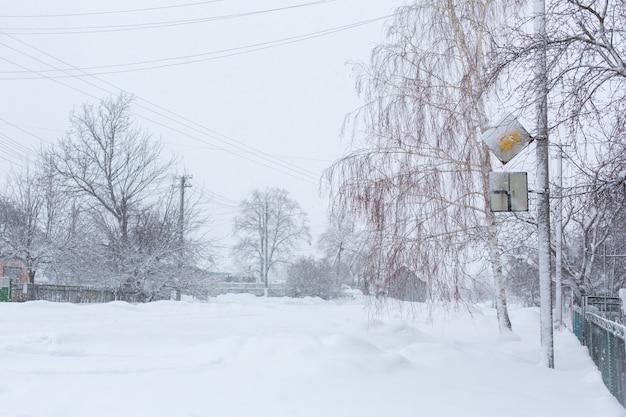 Winter sind ländliche straßen mit schnee bedeckt.