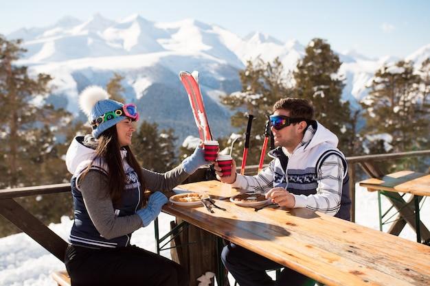 Winter, skifahrer genießen das mittagessen in den winterbergen.