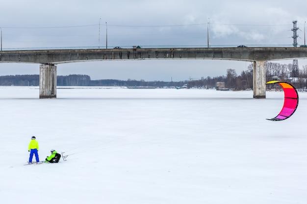 Winter snowkiten auf dem see. extreme outdoor-aktivitäten im winter-snowkite