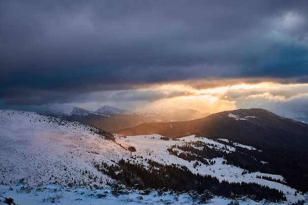 Winter sonnenaufgang landschaft in schneebedeckten bergen