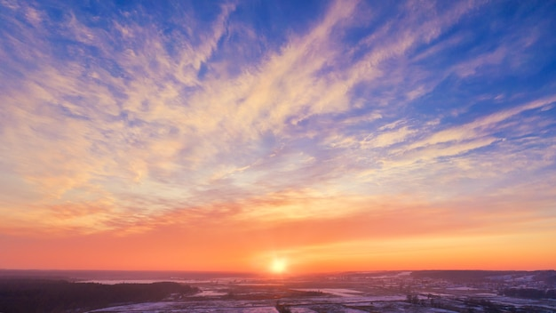 Winter sonnenuntergang ländliche himmelslandschaft - atemberaubender sonnenuntergang himmel mit der untergehenden sonne am horizont