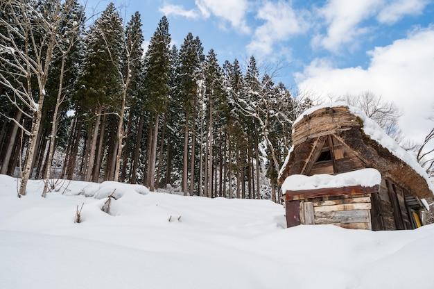 Winter- und schneelandschaft von shirakawago in gifu japan