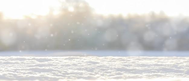 Winter unscharfer hintergrund mit schnee.