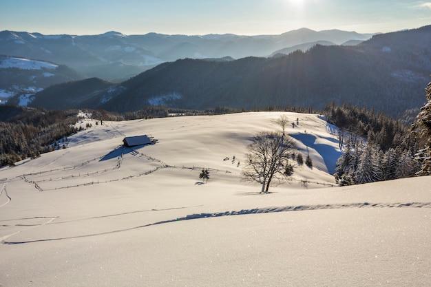 Winter-weihnachtslandschaft des gebirgstales am eisigen sonnigen tag.