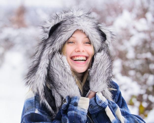 Winter winter modekonzept glückliches mädchen in pelzmütze und jacke im winter pelzmütze kaltes wetter