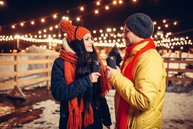 Winterabend, liebespaar im freien spazieren