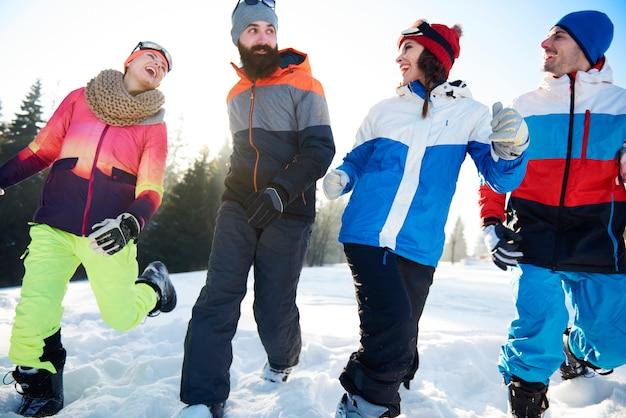 Winteraktivitäten mit einer gruppe von freunden