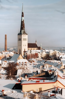 Winteransicht der altstadt von tallinn. schneebedeckte stadt in der nähe der ostsee. estland