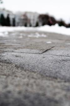 Winterasphalt im makro. der weg durch den schnee. der bürgersteig ist winter.