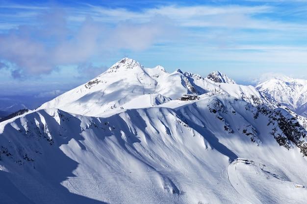 Winterberg und blauer himmel mit schönen wolken. harte schatten fallen auf berggipfel. naturlandschaften in russland.
