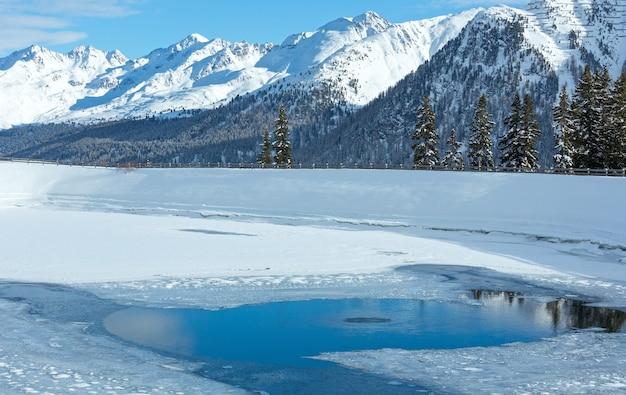 Winterberglandschaft mit see. skigebiet kappl in den tiroler bergen, österreich.