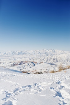 Winterblick von den berghängen von beldersay bei sonnigem klarem wetter mit blauem himmel