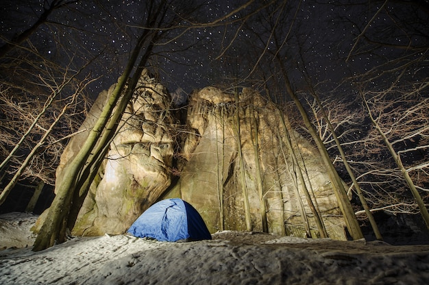Wintercamping in den bergen. nachtfotografie